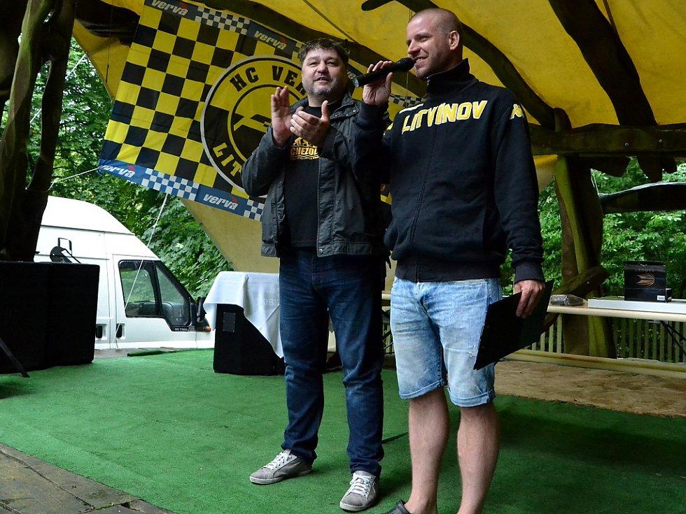 Sraz zahájil předseda litvínovského hokejového fanklubu Jan Ptáček (vpravo) spolu s generálním manažerem Vervy Robertem Kyselou.