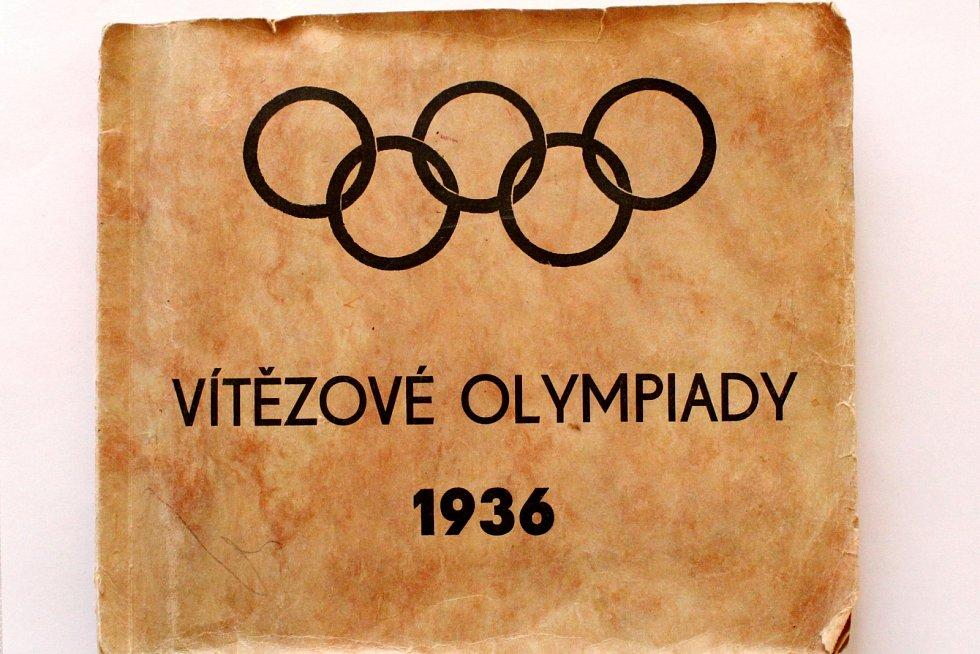 Sportovní kartičky se vrací. Vyráběly se, stále vyrábí a sbírají i u nás. Album Vítězové olympida 1936.