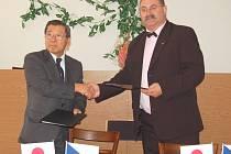 Prezident firmy Fujikoki Czech Shima Toshiaki a ředitel SŠT Jiří Škrábal podepisují smlouvu o spolupráci.