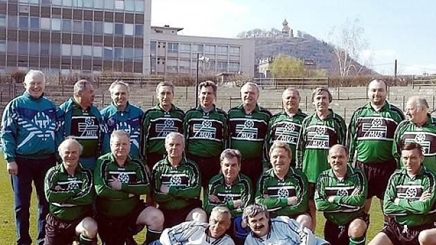 Mužstvo staré gardy Baníku Most z roku 2003. Pavel Vrána starší je třetí zleva v podřepu.