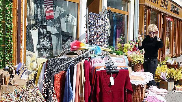 Zboží vystavované na ulici se nelíbí vedení litvínovské radnice.