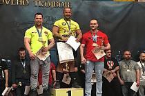 Petr Pastyřík z Mostu (uprostřed) se stal absolutním vítězem a mistrem ČR v dřepu.
