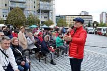 Sobota na 1. náměstí v Mostě patřila farmářským trhům a oslavě Dne seniorů.