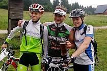 Tomáš Langhammer (uprostřed) se svou závodní podporou. Langhammer úspěšně dokončil nejtěžší triatlon v republice.