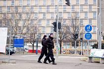 Pěší policejní hlídka prochází v roce 2011 po třídě Budovatelů kolem hotelu Domino. I toto místo se tehdy ocitlo na seznamu rizikových míst evidovaných policií.
