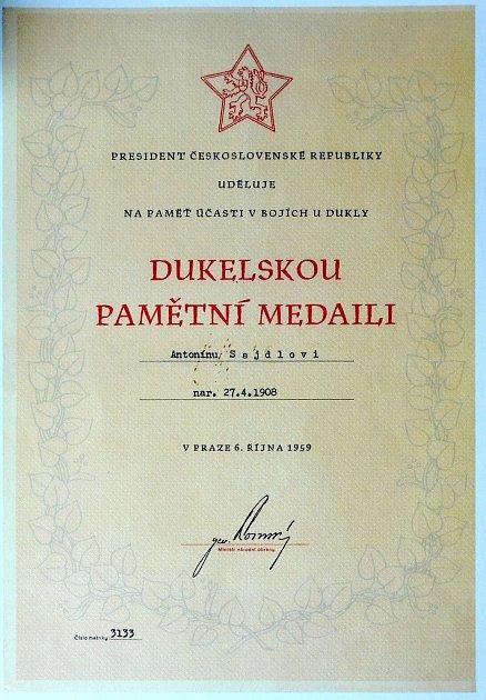 Dekret kDukelské pamětní medaili, kterou obdržel Antonín Sajdl