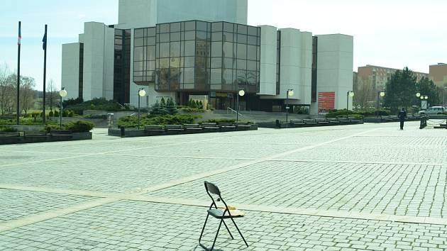 Zapomenutá židle na prázdném náměstí v Mostě.