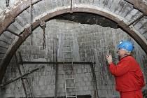 Vstupní chodby do dolu v lomu ČSA uzavřely betonové zdi.