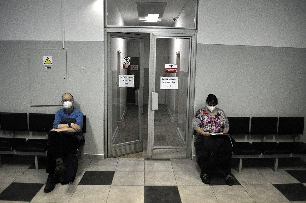 Situace v Mostě ve čtvrtek 25. února 2021 ráno ve zdravotnickém středisku v ulici Moskevská.