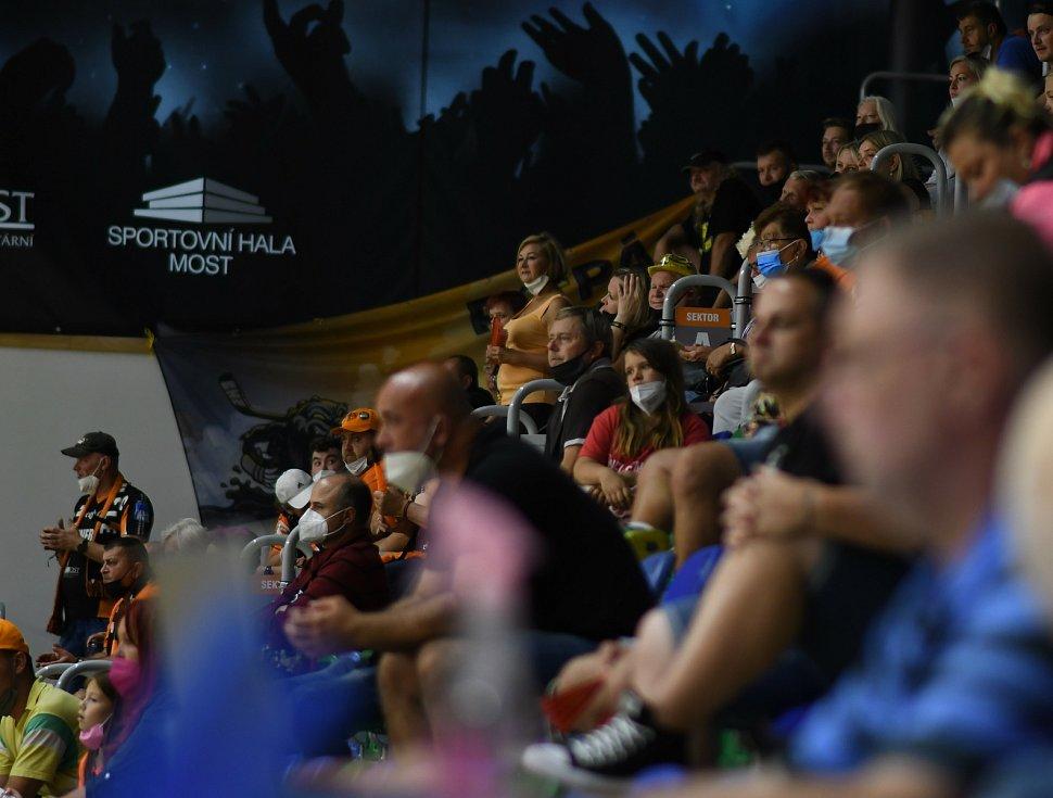 Mostečané přišli povzbudit domácí házenkářky při těžkém utkáníse Slovenskem.
