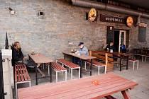 Hosty začala v 10 hodin obsluhovat venku Hospůdka 2 na terase mosteckého Prioru