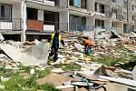Vyklízení panelového domu v Janově, určeného k demolici