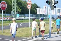 Řidiči by si měli dát pozor. Děti se po půlroční pauze vrátí do škol.