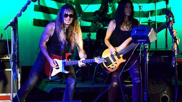 Kytarista a zpěvák Ulrich Ellison vystoupil se svou kapelou v sále Městské knihovny v Mostě