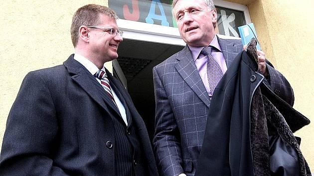 Starosta Litvínova Daniel Volák (vlevo) s Mirkem Topolánkem v Litvínově.