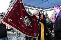 Sbor dobrovolných hasičů v Horním Jiřetíně dostal do užívání zbrusu novu zbrojnici. Biskup Jan Baxant před otevřením zbrojnice požehnal hasičskému praporu a pak i samotné stavbě.