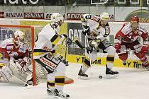 Litvínov (v bílém) prohrává s Třince na zápasy 2:3.
