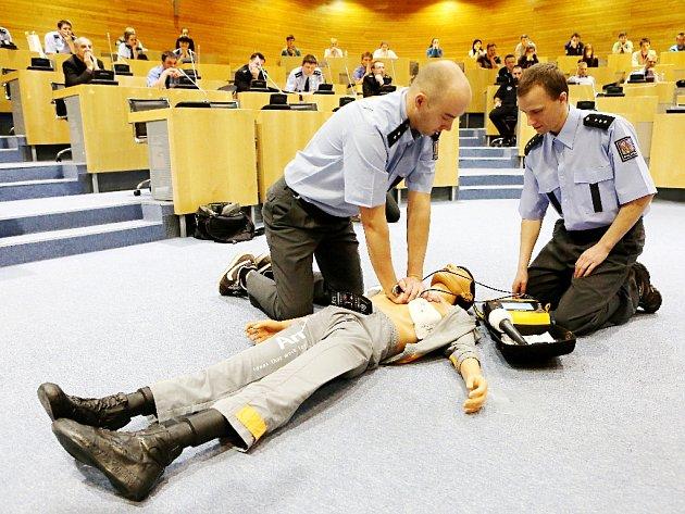 Ukázka používání defibrilátoru.