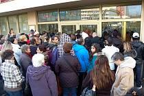Fronta před mosteckým úřadem práce, konkrétně před oddlěním sociálních dávek, které pobírají tisíce lidí.