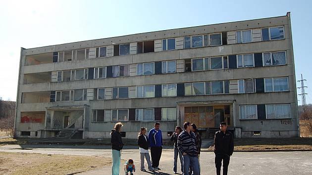 Dům, v němž napadli mosteckého policistu ve službě.