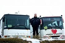 Karel Kavka mezi svými autobusy.
