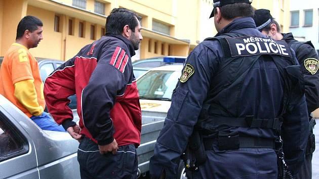 Strážníci si posvítili na podezřelé příjemce sociálních dávek, kteří jezdí na úřad autem.