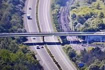 Muž chtěl spáchat sebevraždu skokem z mostu na silnici