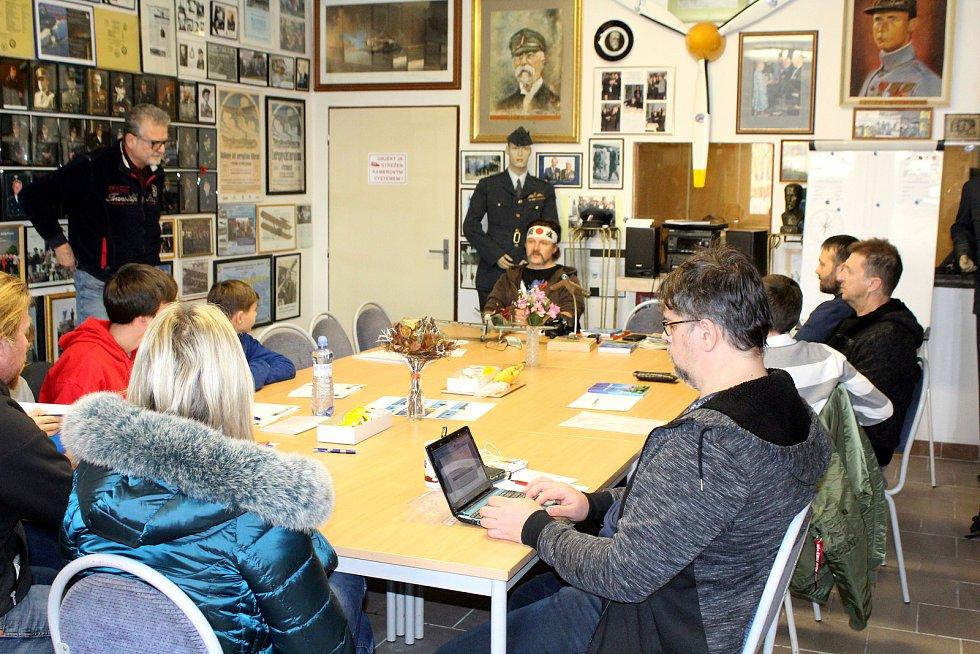 Žáci a studenti ze čtyř škol trénovali v muzeu v Bezděkově u Žatce na let kolem světa pod vedením hlavního instruktora, někdejšího vijenského pilota a věhlasného akrobata na MiGu - 29 Václava Vaška.
