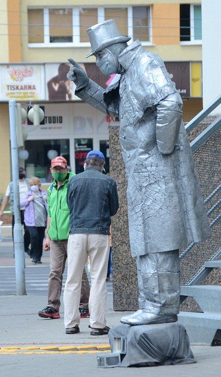 Robert Lakatoš jako živá socha v Mostě