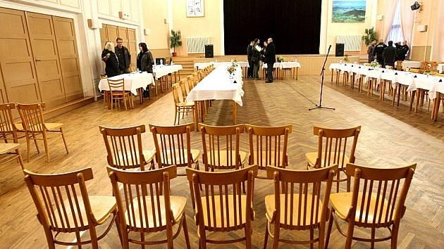 Zasedání zastupitelů v Lomu. Mnoho jich tam nepřišlo.