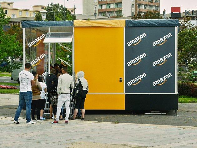 Lidé čekají v centru Mostu u mobilní náborové kanceláře společnosti Amazon.