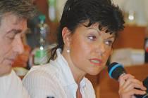 Zastupitelka Alena Dernerová kritizuje politiky za urážlivé výroky.