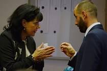 Alena Dernerová v rozhovoru s primátorem Mostu Janem Paparegou na zasedání zastupitelstva.
