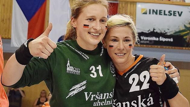 Zleva brankářka Mostu Dominika Müllnerová a její spoluhráčka Lucia Mikulčík krátce po zisku pátého českého titulu v řadě.