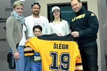 Jan Kasal, švagr hokejisty Jiřího Šlégra vydražil jeho exhibiční dres a pomohl tak charitativnímu projektu BOBování. Dres přebíral s celou rodinou na stadionu v Litvínově.