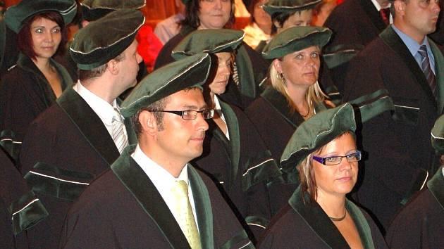 Studenti Vysoké školy báňské při promoci v mosteckém divadle.