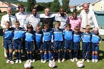 Hosté z Jihoafrické republiky se společně s malými fotbalisty, funkcionáři a trenéry vyfotili.