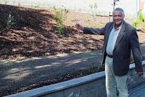 Ředitel Energie Milan Konečný na upravené zahradě u dvojdomku.