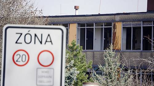 Opuštěná budova infekčního oddělení v mostecké nemocnici je zavřená od roku 2007. Nyní patří městu Most, kterému se zchátralý objekt nedaří prodat či využít pro zdravotní či pečovatelské účely.