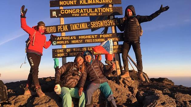 Na vrcholu Kilimandžára. Alena Vrátná je dole vpravo.