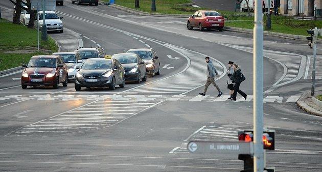Na křižovatce uPrioru vMostě je dlouhý přechod bez ostrůvku, odborníci to kritizují