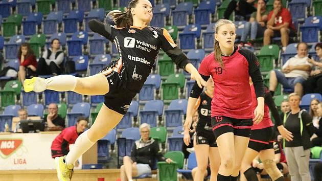 Starší dorostenky Mostu (v černém) v posledním zápase nejvyšší soutěže proti Plzni.