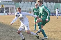 Mostečané (v bílém) doma těsně 2:1 přehráli Karvinou. Trefili se z penaltového puntíku.