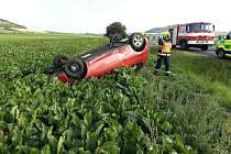 Auto havarovalo u Odolic a skončilo v poli na střeše