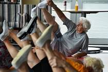 Cvičení v Klubu seniorů v Mostě.