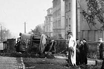 Na Zahražanech v Mostě, v zatáčce úzkokolejky, havaroval pracovní vůz č. 21 s vlečným vozem už v září roku 1949.