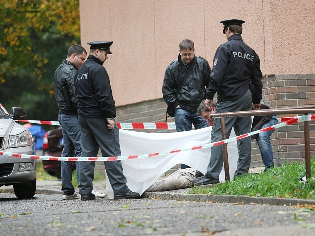 V neděli se mladík v Mostě zabil skokem ze sedmého patra. Ilustrační foto.