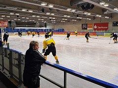 Litvínovský masér František Pinc sleduje hokejisty při tréninku na ledové ploše v Drážďanech.