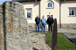 Historikové ze Severočeského leteckého archivu Most a Teplice položili květiny k pomníkům.