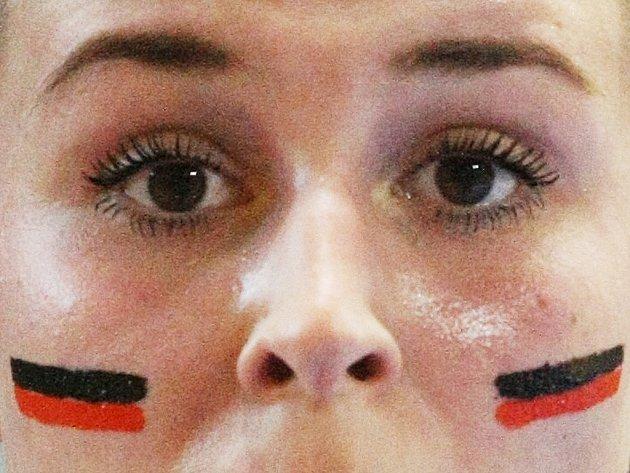 Mostecká házenkářka Michaela Janoušková s barvami klubu na tváři při loňské úspěšné sezóně.